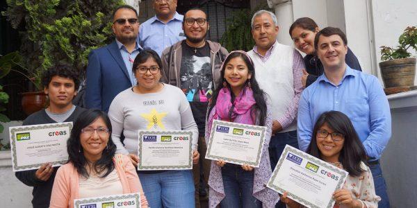 Jóvenes muestran diploma otorgado por universidad argentina