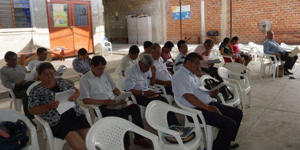 Pastores y líderes laicos en la asamblea distrital.